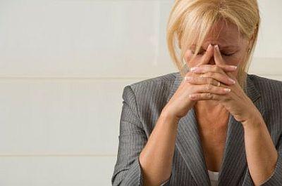 wanita stress di kantor
